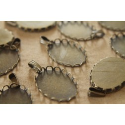 10 pc. Oval Antique Bronze Pendant Bezel Setting with Scalloped Lace Edge, 18mm by 25mm | FI-058